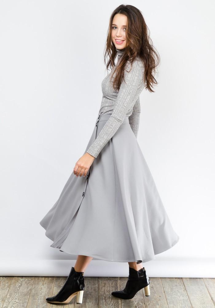 серая юбка с чем носить: миди под рубашку в тон и черную обувь