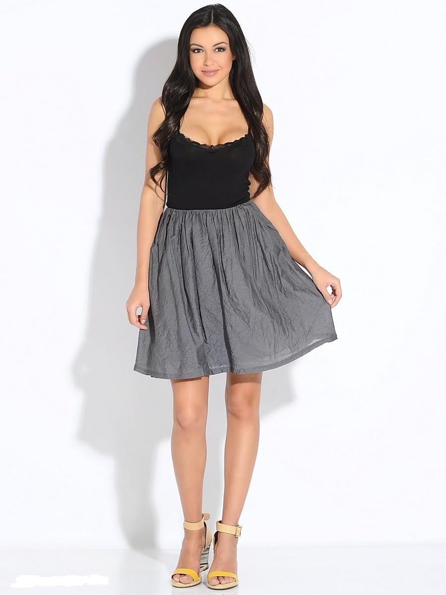 серая юбка с чем носить: коротка под майку черную босоножки
