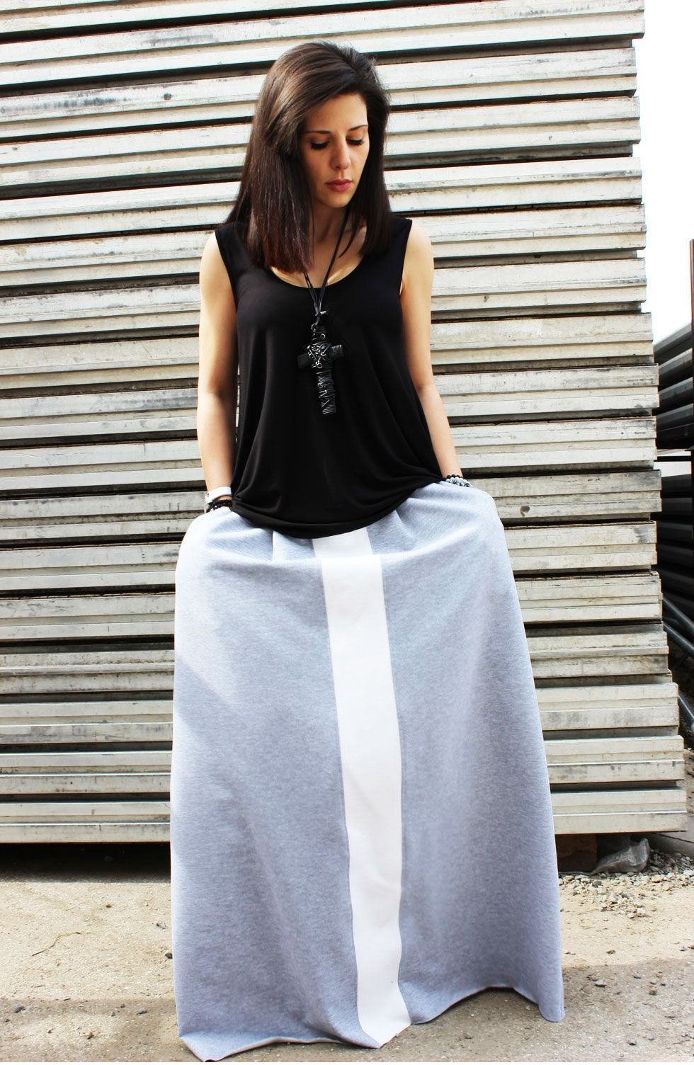 серая юбка с чем носить: шировка юбка длинная под свободную майку черную