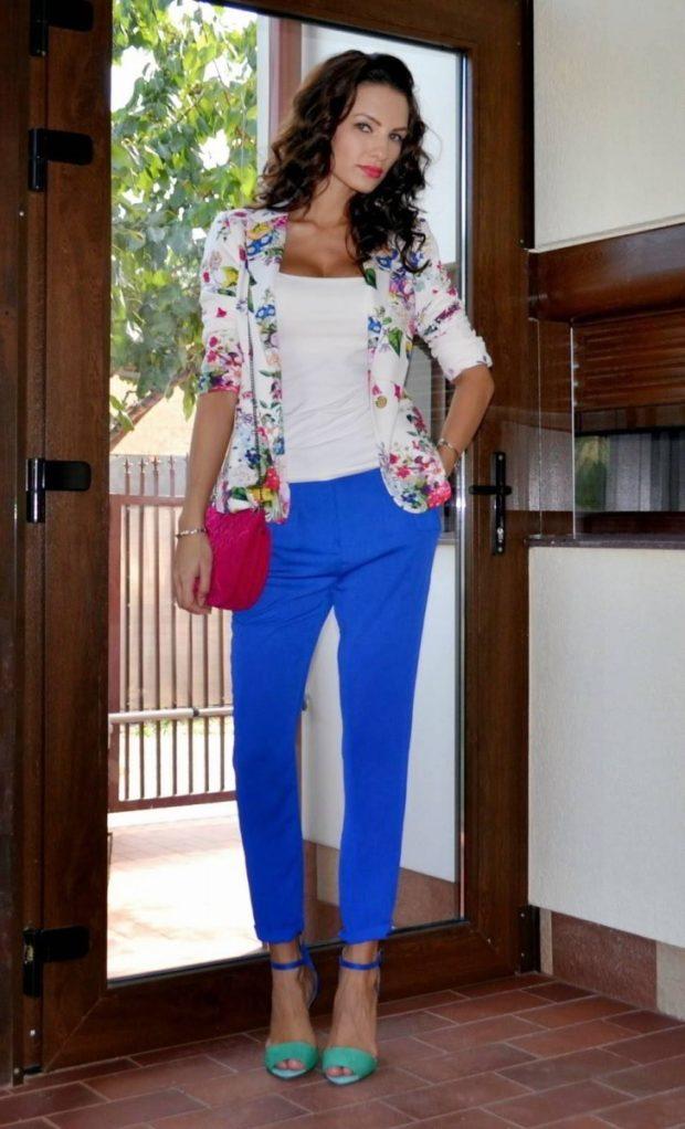 с чем носить яркие синие брюки