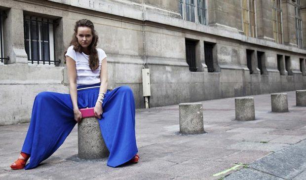 с чем носят яркие синие брюки: под белую футболку