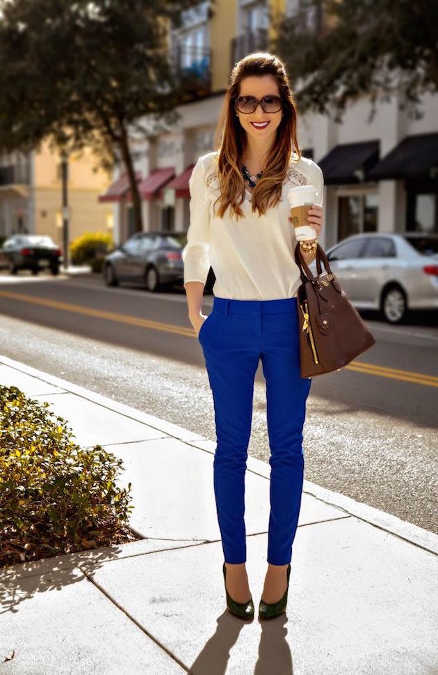 с чем носят яркие синие брюки: под бежевую блузку