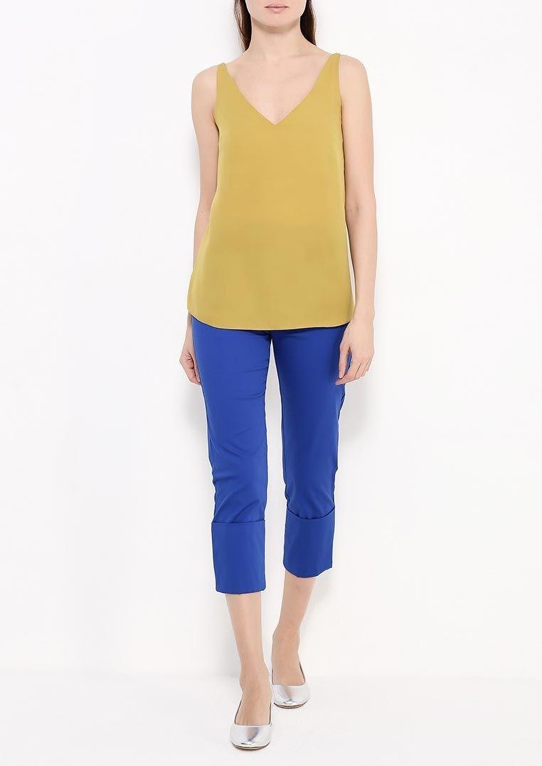 с чем носят яркие синие брюки: под золотистую майку
