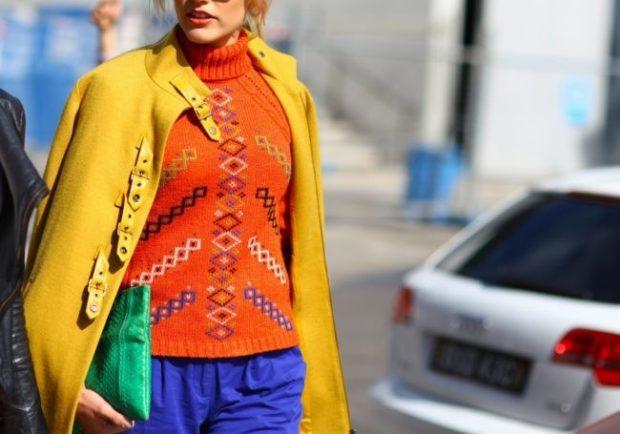 с чем носят яркие синие брюки: под оранжевую кофту желтое пальто