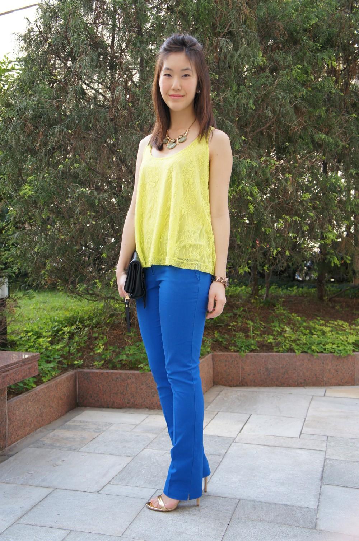 с чем носят яркие синие брюки: под желтую майку
