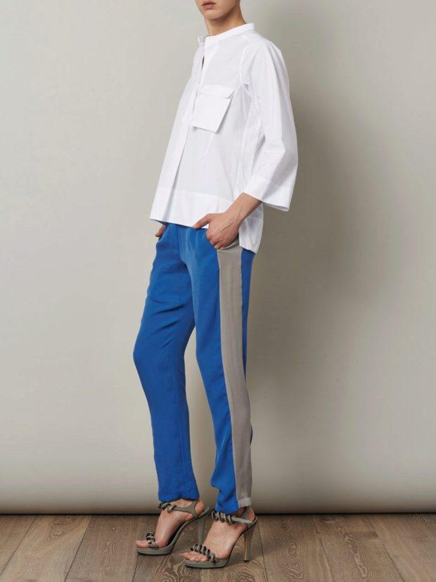с чем носят яркие синие брюки: под белю блузку