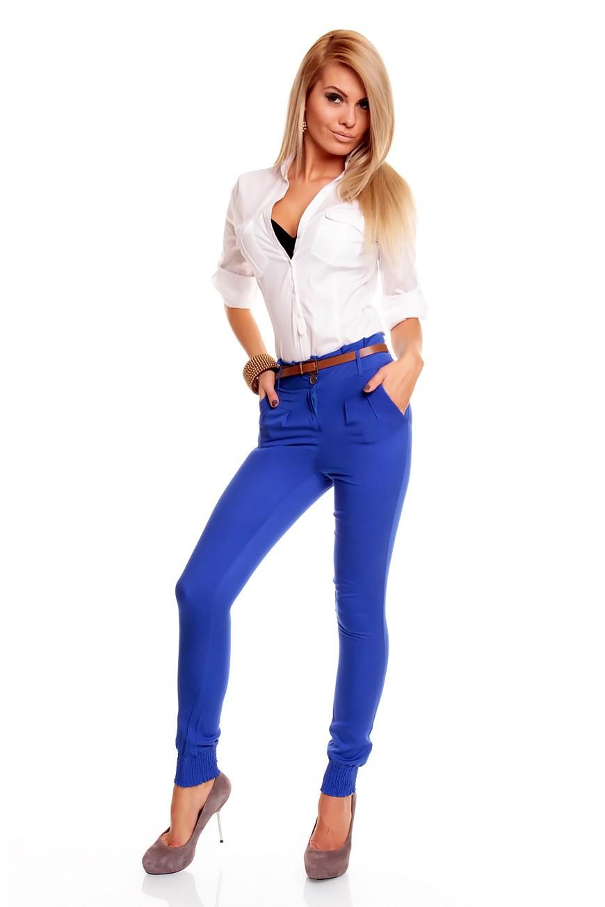 с чем носить яркие синие брюки: под рубашку белую