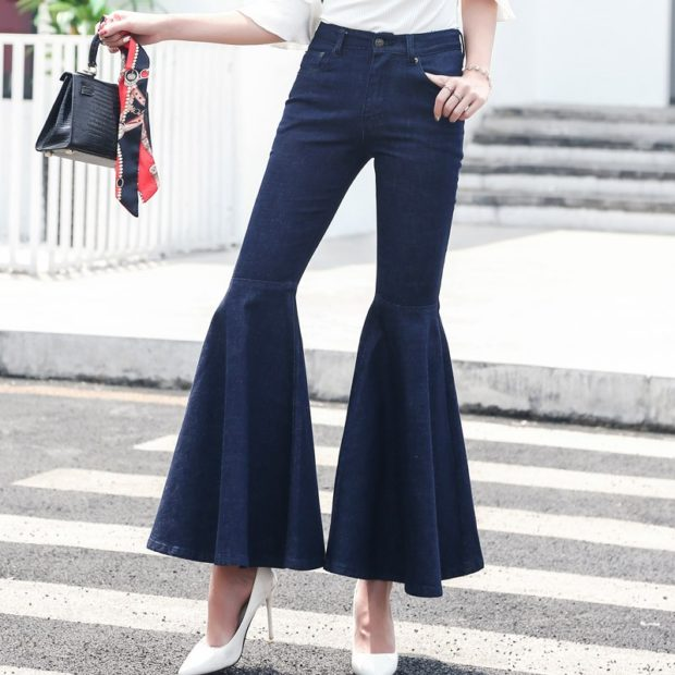С чем носить ярко синие брюки: клеш под блузку белую