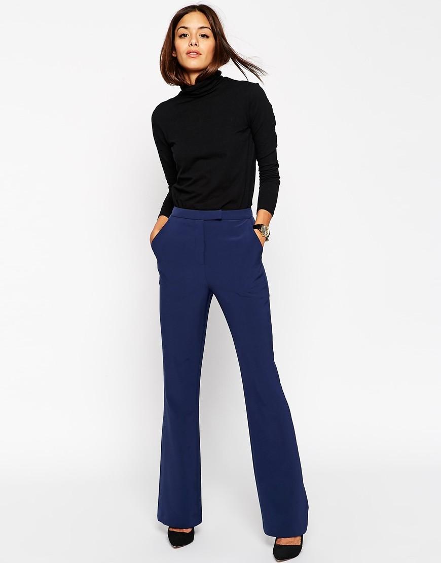 С чем носить ярко синие брюки: клеш под черную блузку