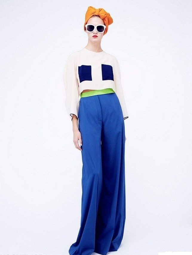 С чем носить ярко-синие брюки: широкие под топ белый с принтом