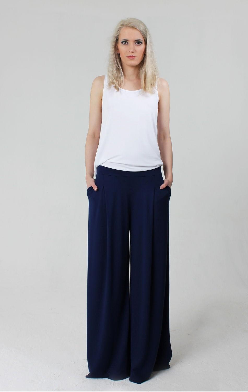 С чем носить ярко-синие брюки: широкие под белую майку