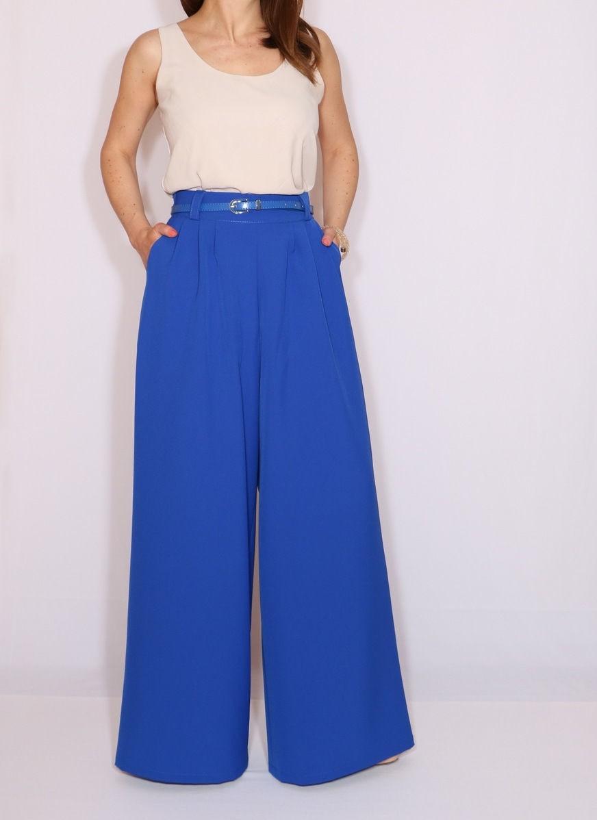С чем носить ярко-синие брюки: широкие под топ бежевый