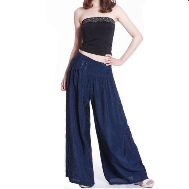 С чем носить ярко-синие брюки: широкие под топ черный