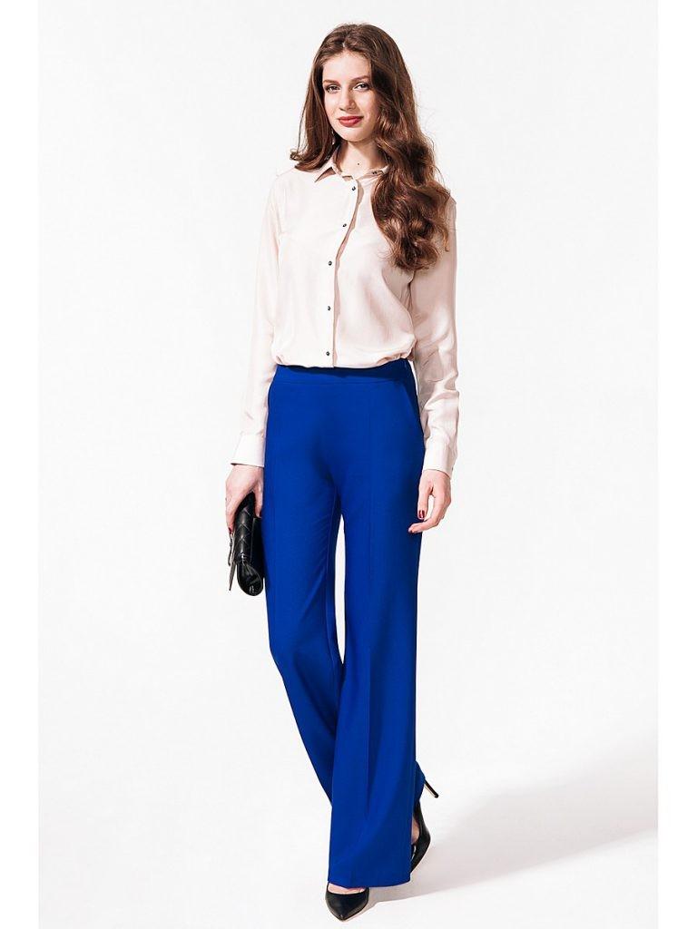 С чем носить ярко-синие брюки: широкие под рубашку бежевую