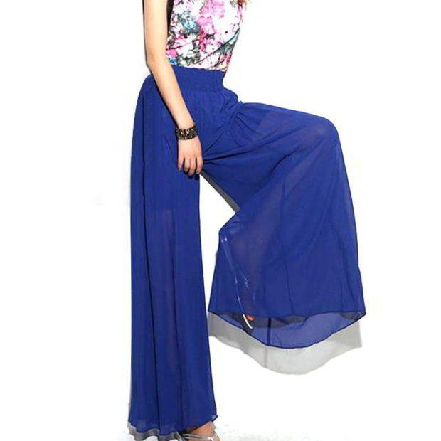 С чем носить ярко-синие брюки: широкие под топ в цветы
