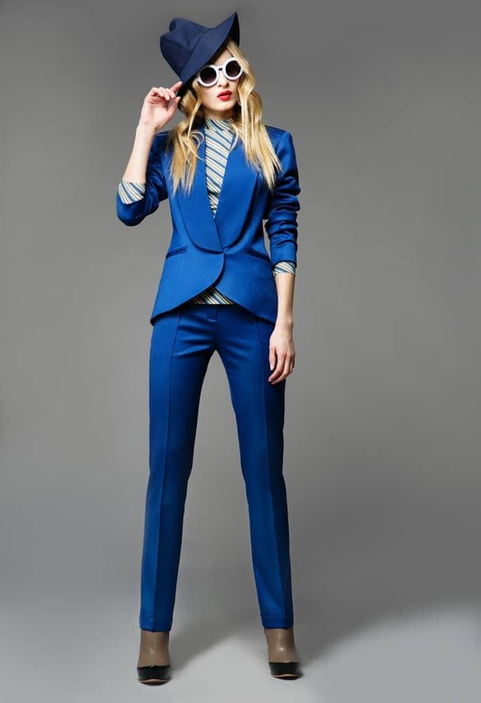 С чем носят ярко синие брюки: классические под пиджак в тон
