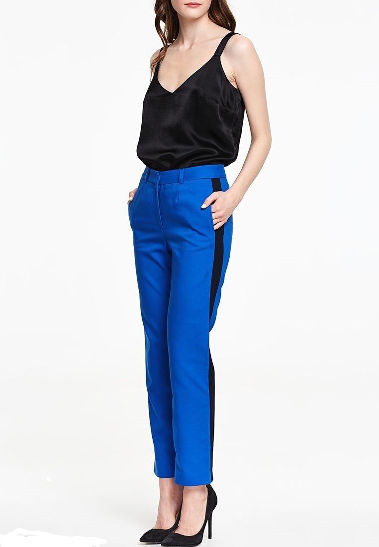 С чем носят ярко синие брюки: классические под майку черную