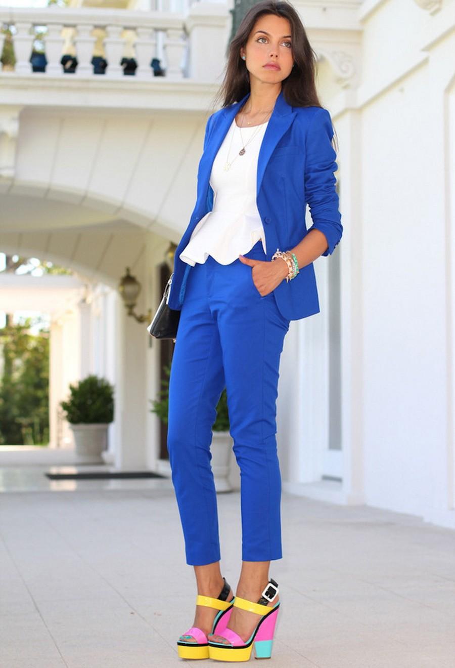 С чем носят ярко синие брюки: классические под блузку белую и пиджак в тон