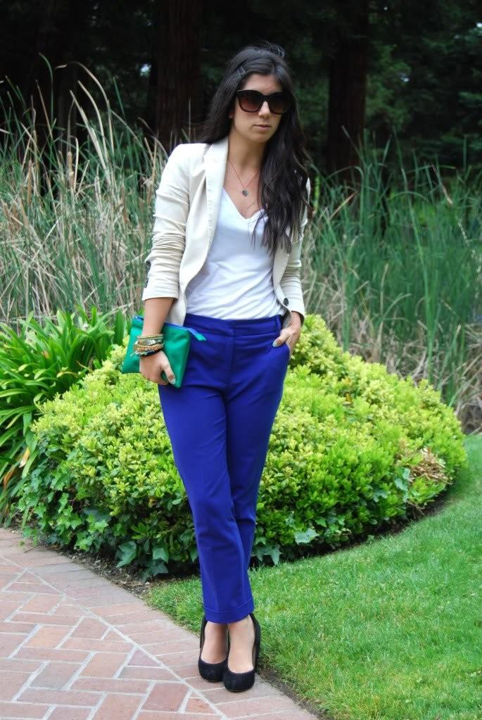 С чем носят ярко синие брюки: классические под майку белую пиджак белый
