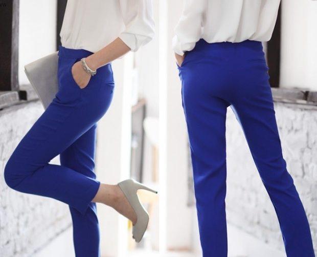 с чем носят ярко синие брюки: классические под блузку белую