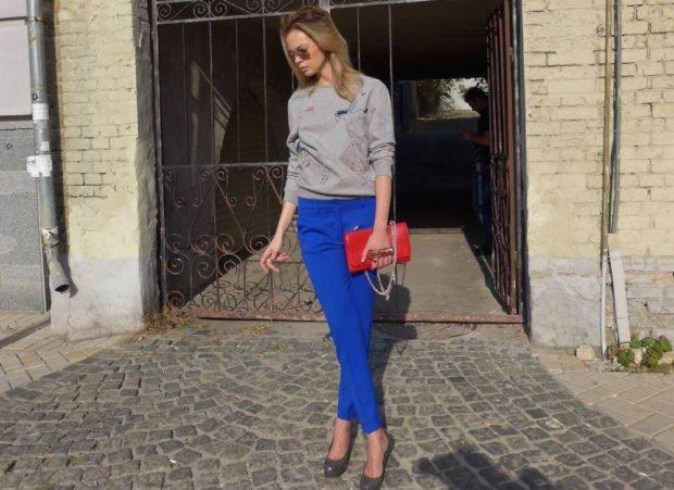 с чем носить яркие синие брюки: под кофту серую