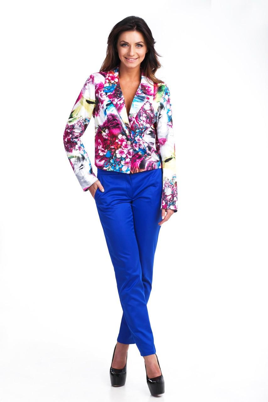 с чем носят ярко синие брюки: классические под пиджак с цветами