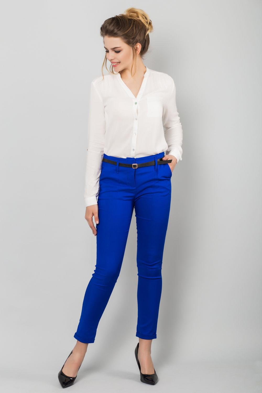 с чем носят ярко синие брюки: классические под рубашку белую