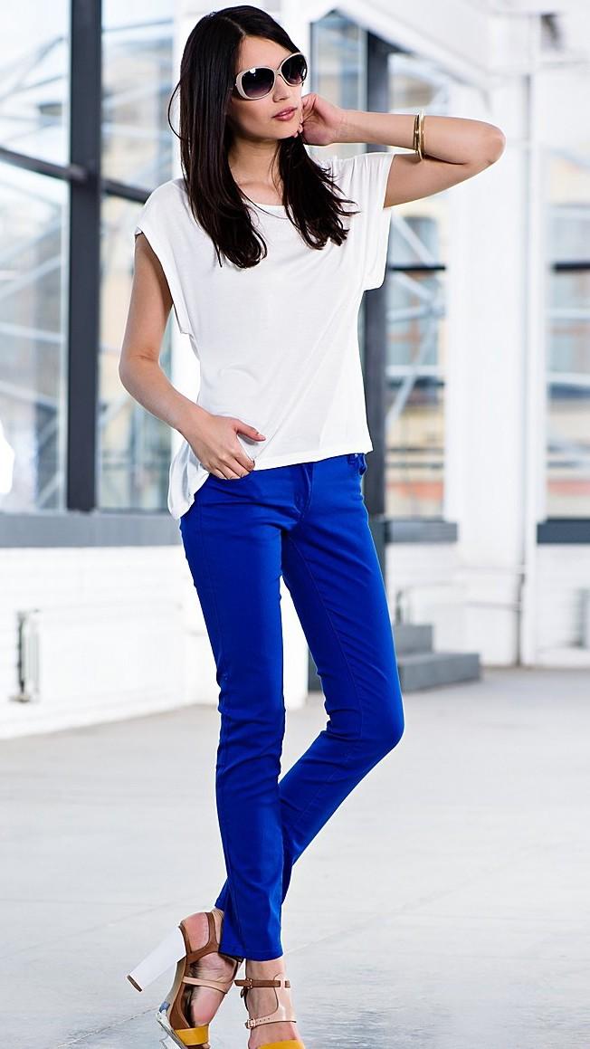 с чем носить ярко синие брюки фото: классические под футболку белую
