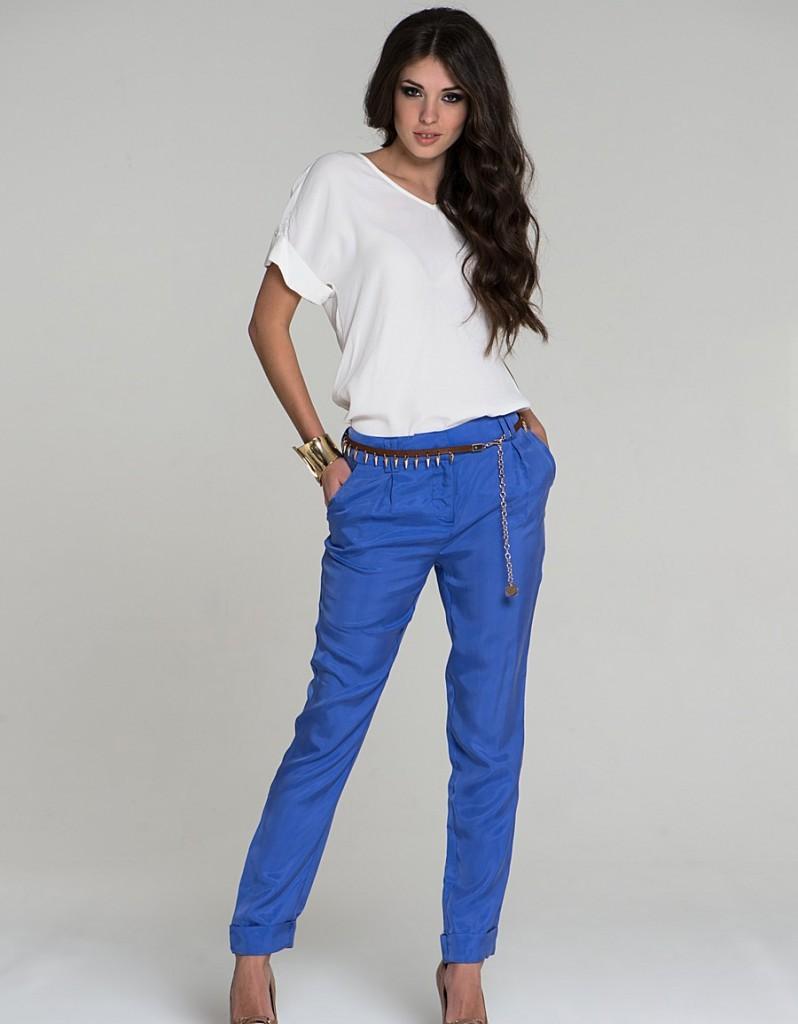 с чем носить ярко синие брюки фото: классические под белую блузку