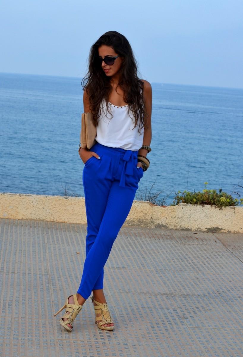 с чем носить ярко синие брюки фото: классические под майку белую