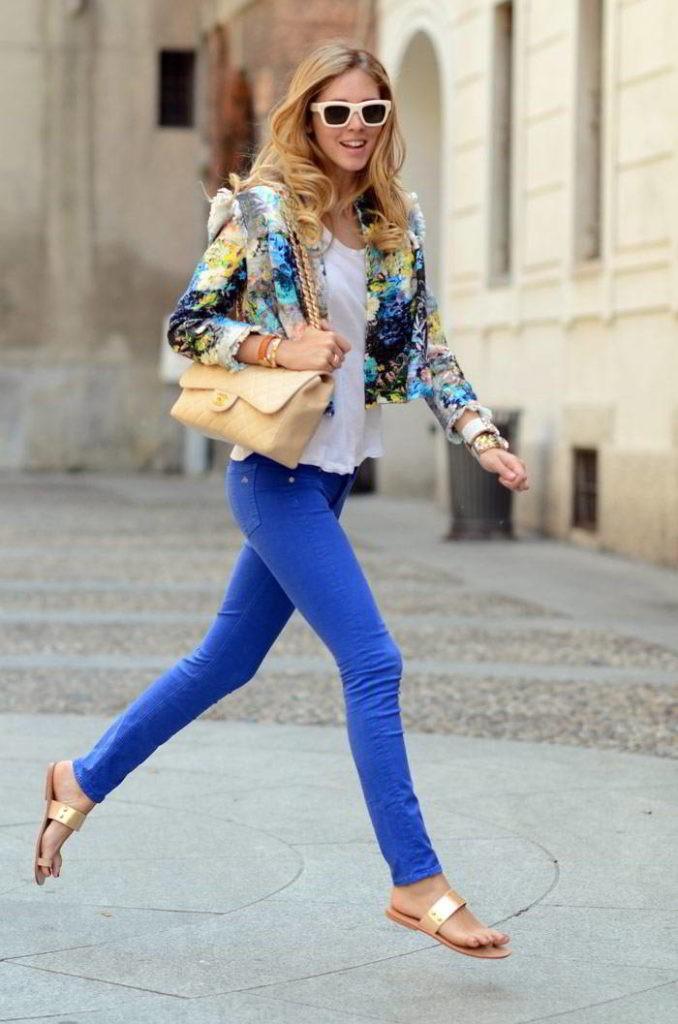 С чем носить ярко синие брюки фото: скинни под пиджак цветной