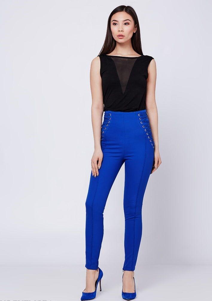 С чем носить ярко синие брюки фото: скинни под майку черную