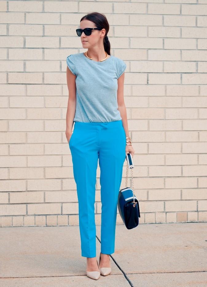С чем носить ярко синие брюки женские: под голубую футболку