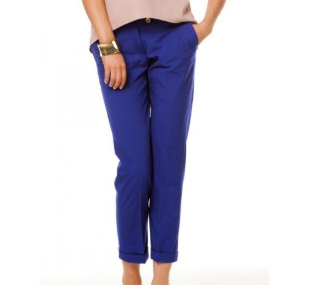 С чем носить ярко синие брюки: под бежевую блузку