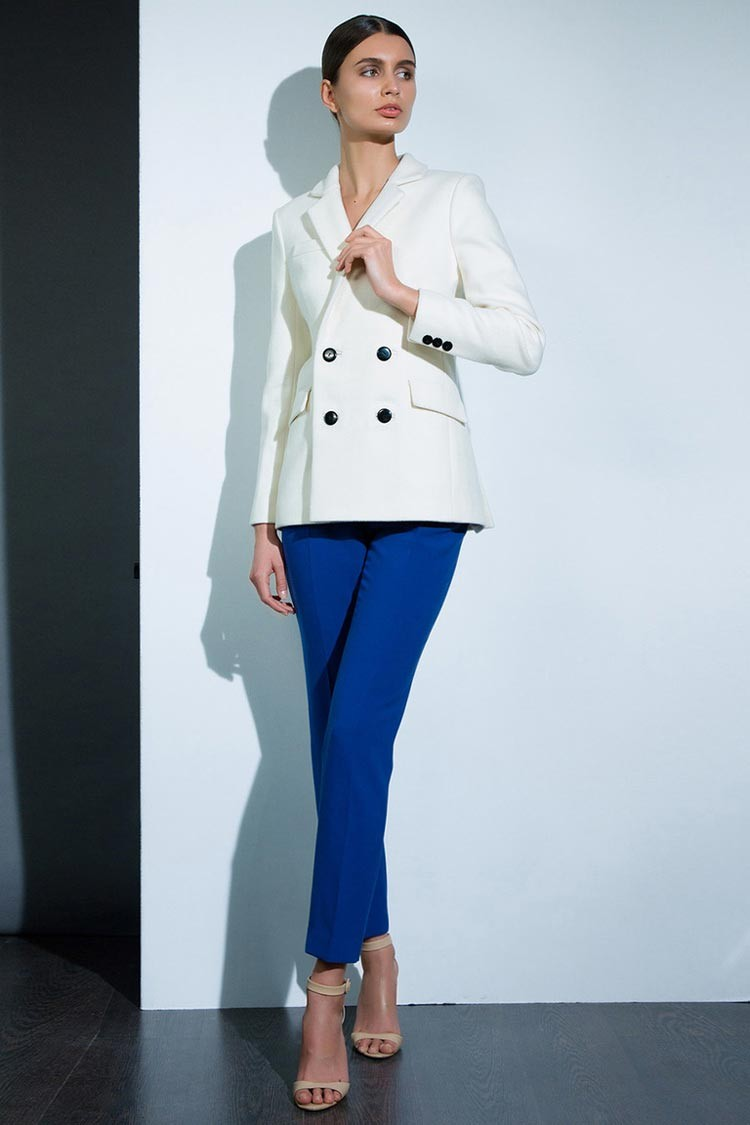 С чем носить ярко синие брюки: под пиджак белый