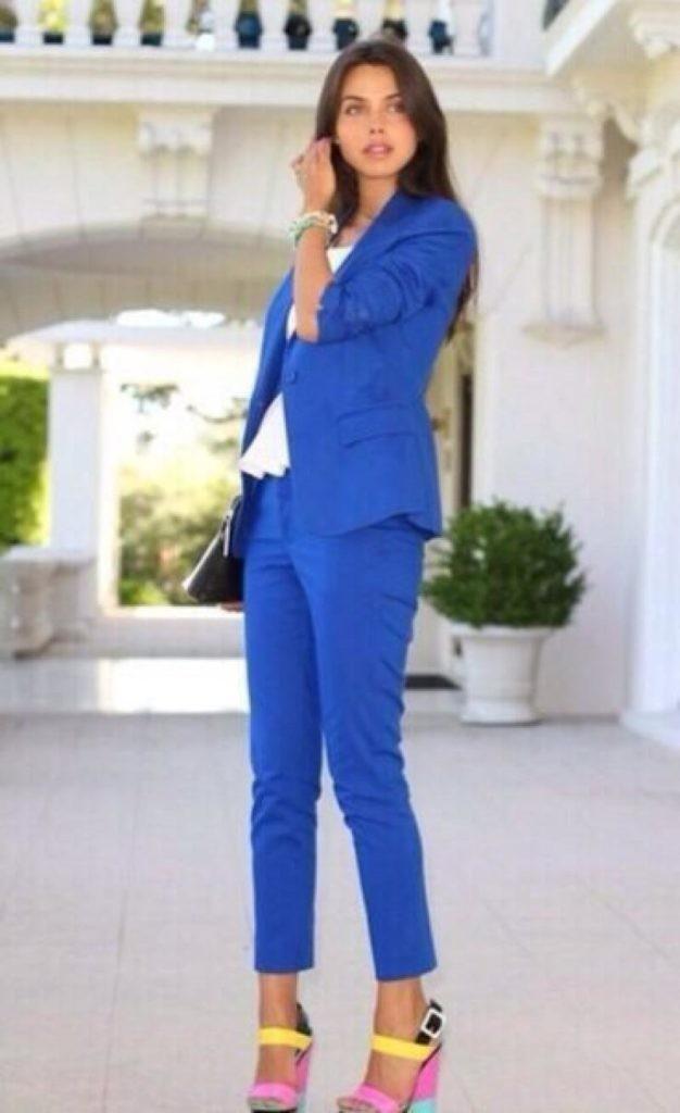 с чем носить яркие синие брюки: под пиджак в тон