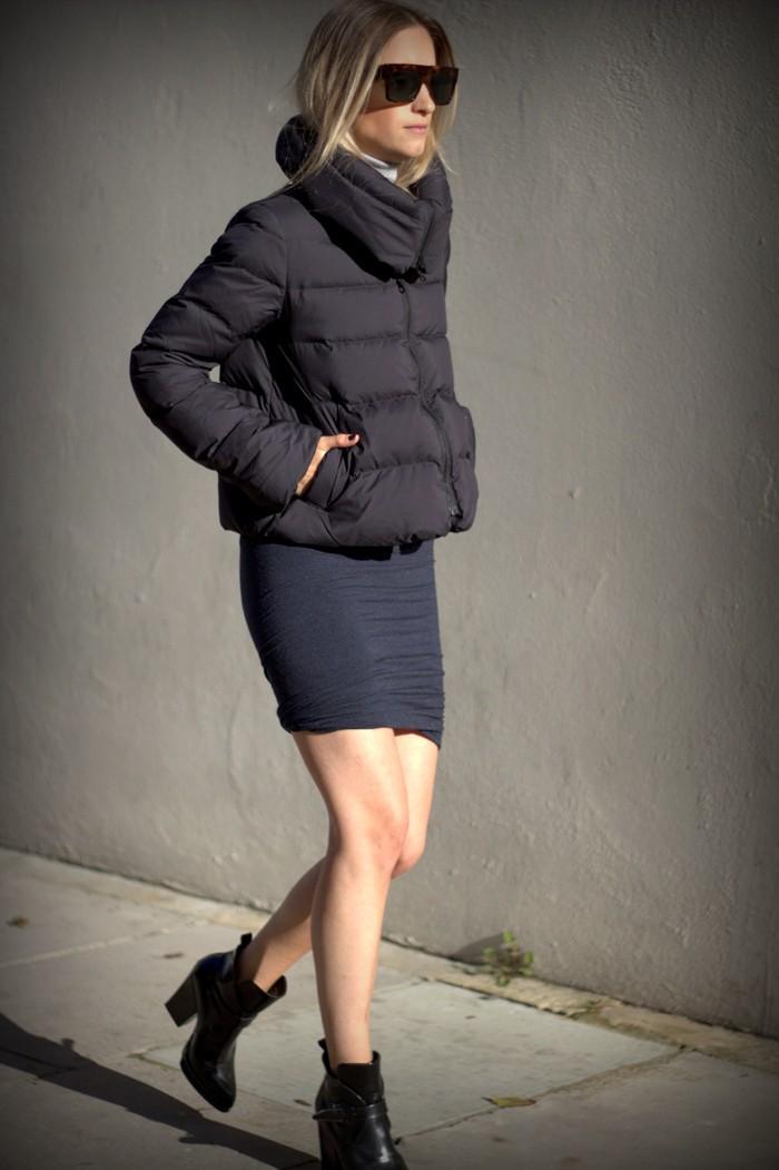 С какой обувью носить пуховик: черный пуховик под короткие ботинки на каблуке