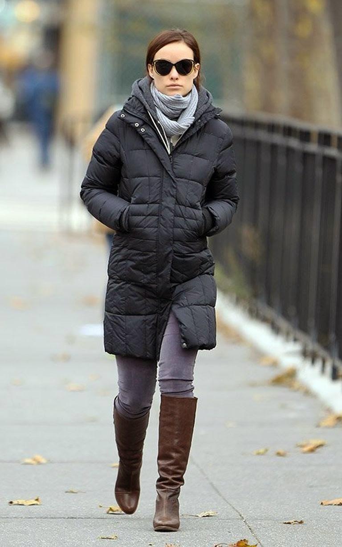 с какой обувью носить пуховик: черный под коричневые сапоги высокие