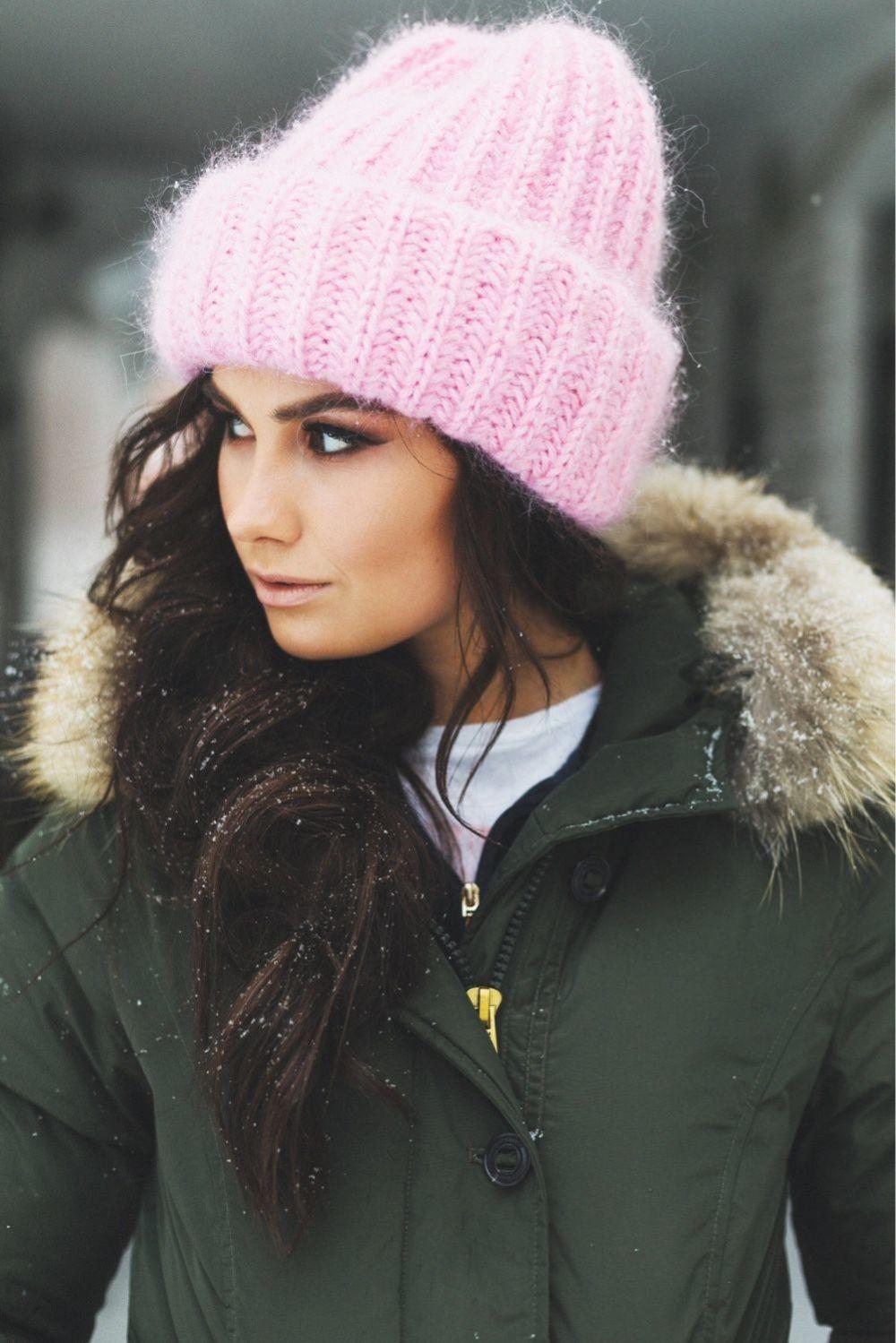 Как носить шапку с челкой: с подворотом челкой розовая
