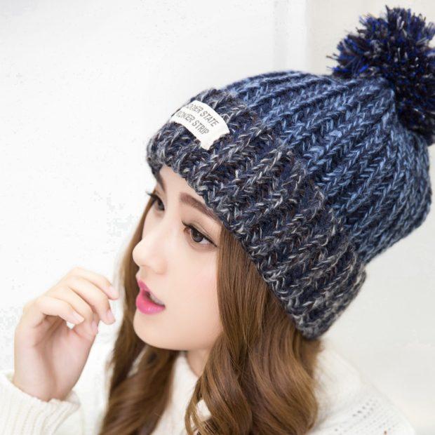 Как носить шапку с челкой: с бубоном с челкой синяя