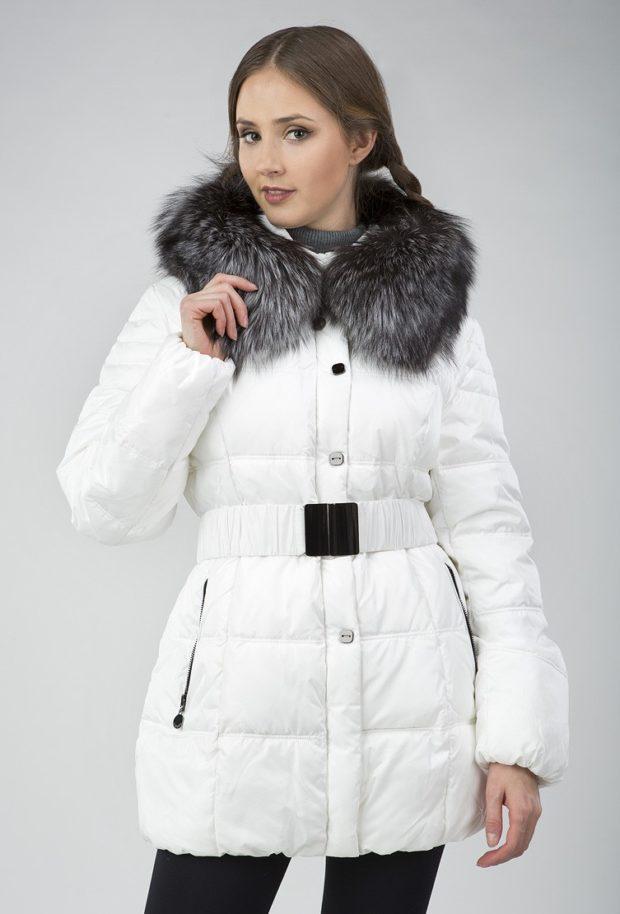 Спортивная верхняя одежда куртки с меховой отделкой на капюшоне белого цвета