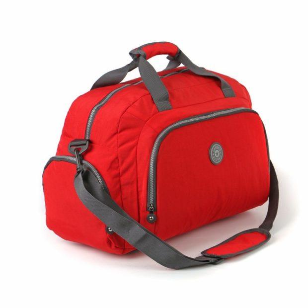 Спортивная сумка красного цвета