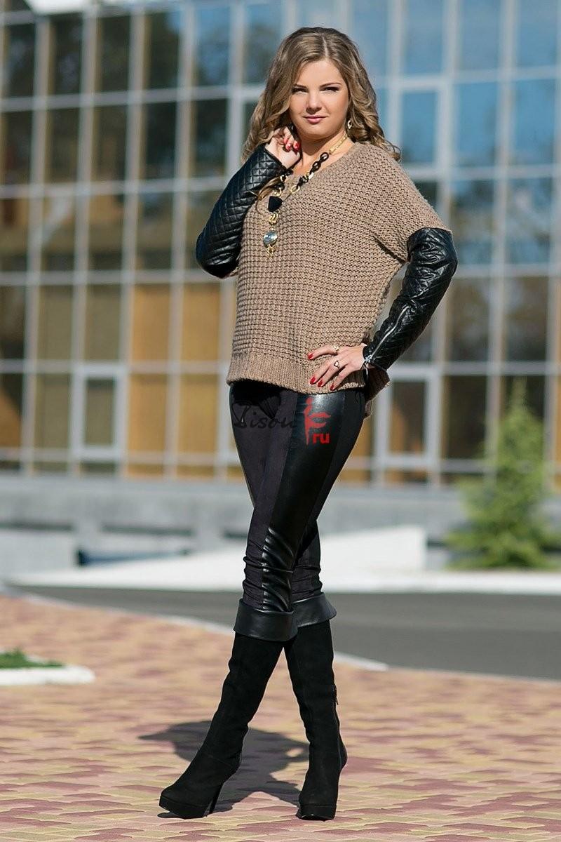 Модные свитера 2018 женские:вязаный свитер с кожаными рукавами коричневого цвета