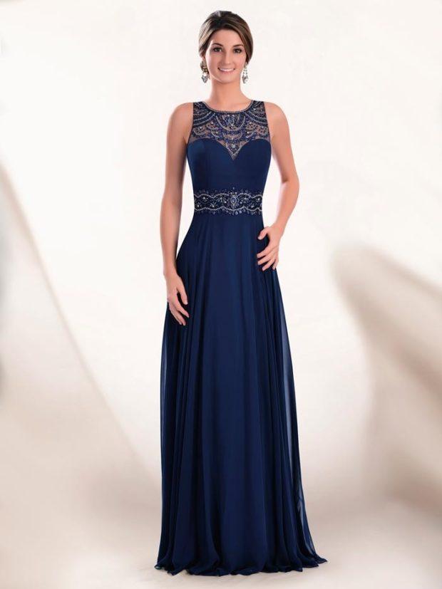 платья в пол на выпускной: синее без рукава с вышивкой