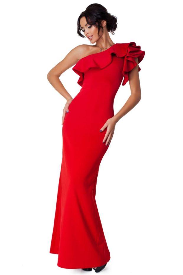 длинные вечерние платья на выпускной 2019: на одно плечо красное с воланами