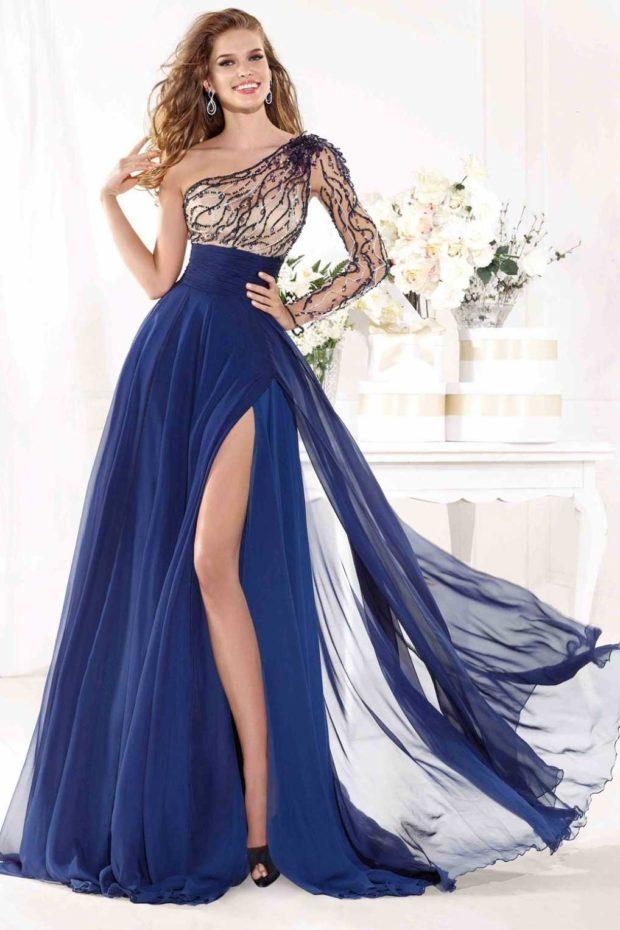 длинные вечерние платья на выпускной 2019: на одно плечо синее из шифона с рукавом