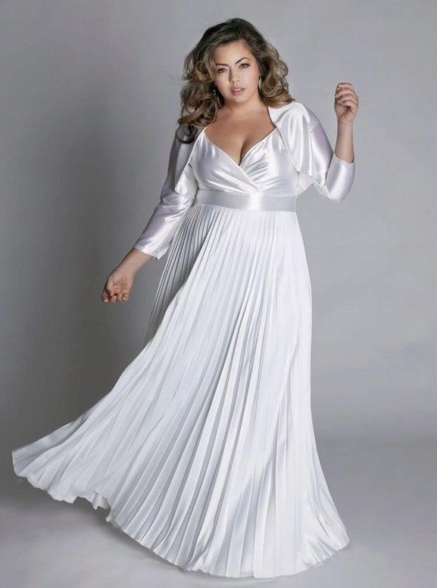 длинные платья на выпускной 2019: белое в складку