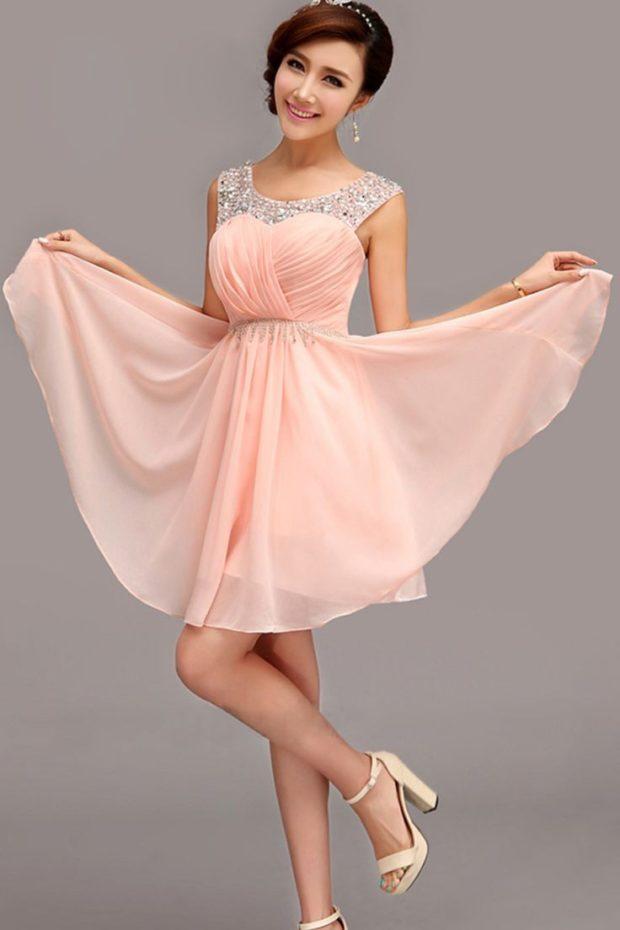 с многослойной юбкой персикового цвета