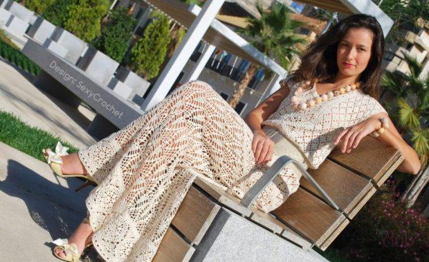 платье вязанное крючком бежевое длинное без рукава