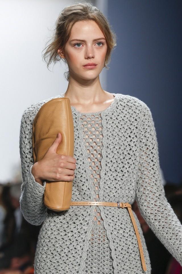 платье вязанное крючком серое с длинным рукавом теплое